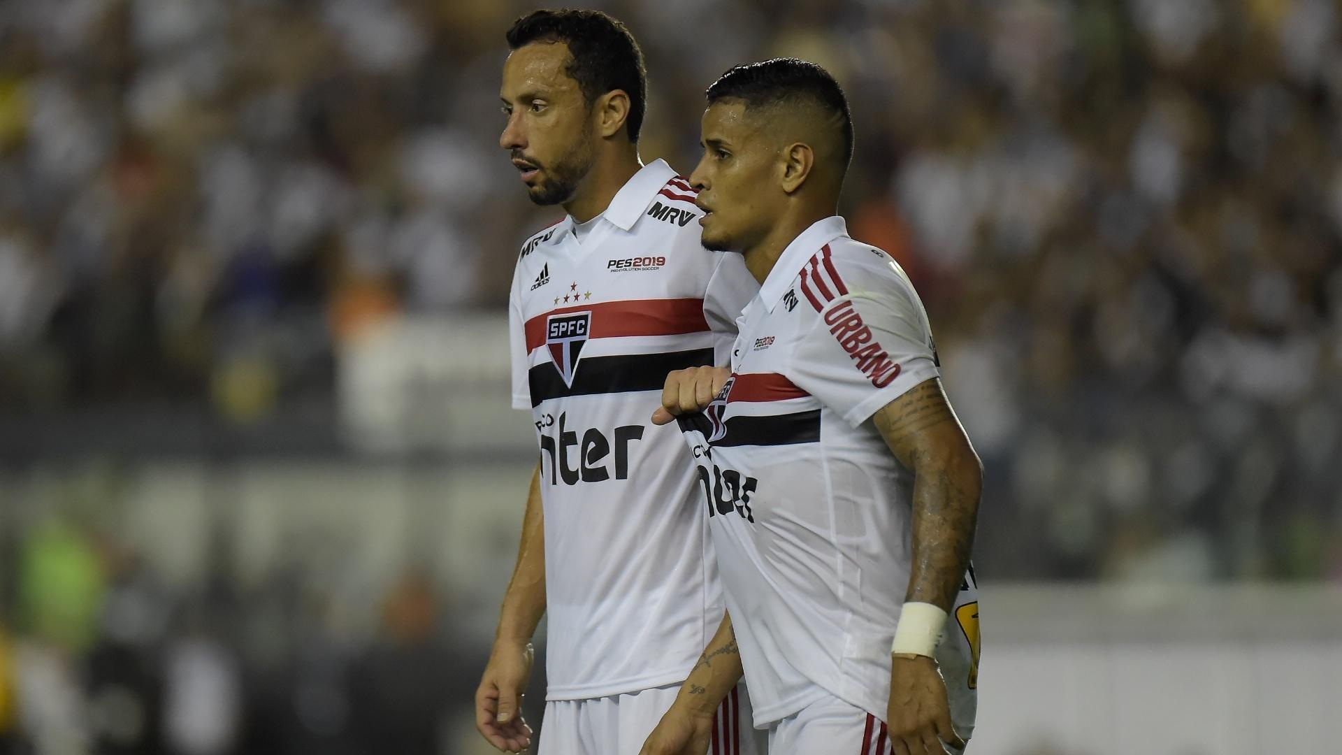 Nenê e Everton, do São Paulo, em ação durante jogo contra o Vasco