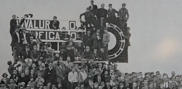 Torcedores se espremem e se penduram no placar para ver o Benfica de Eusébio - Reprodução
