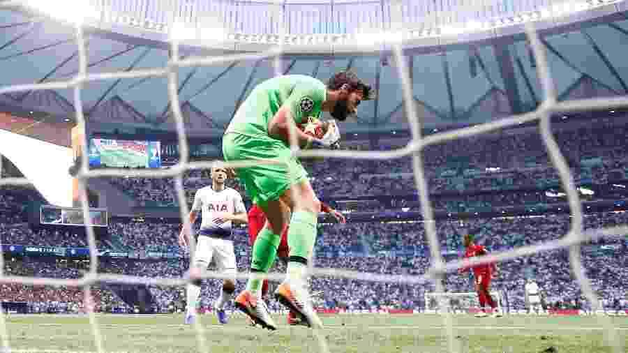 Alisson, goleiro do Liverpool, faz defesa durante final da Liga dos Campeões contra o Tottenham - Kai Pfaffenbach/Reuters
