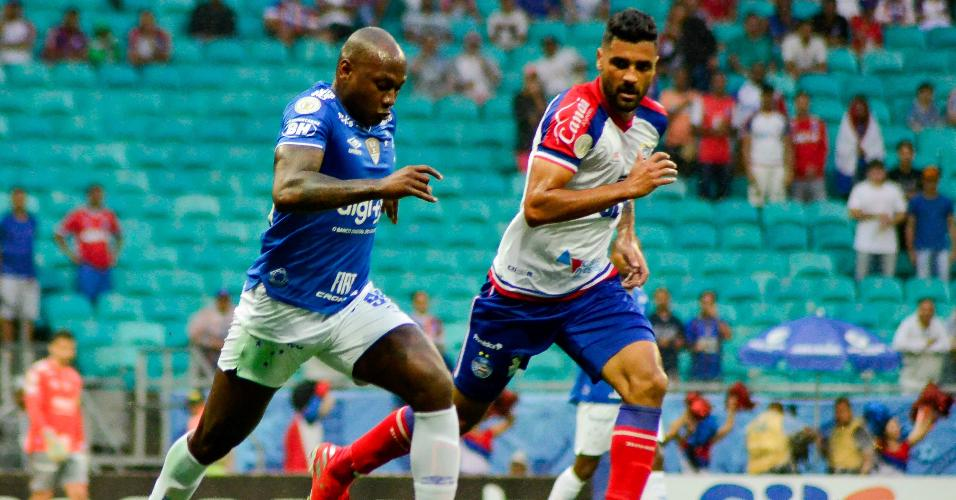 Sassá tenta jogada individual acompanhado de perto pela marcação na partida entre Bahia e Cruzeiro pelo Campeonato Brasileiro