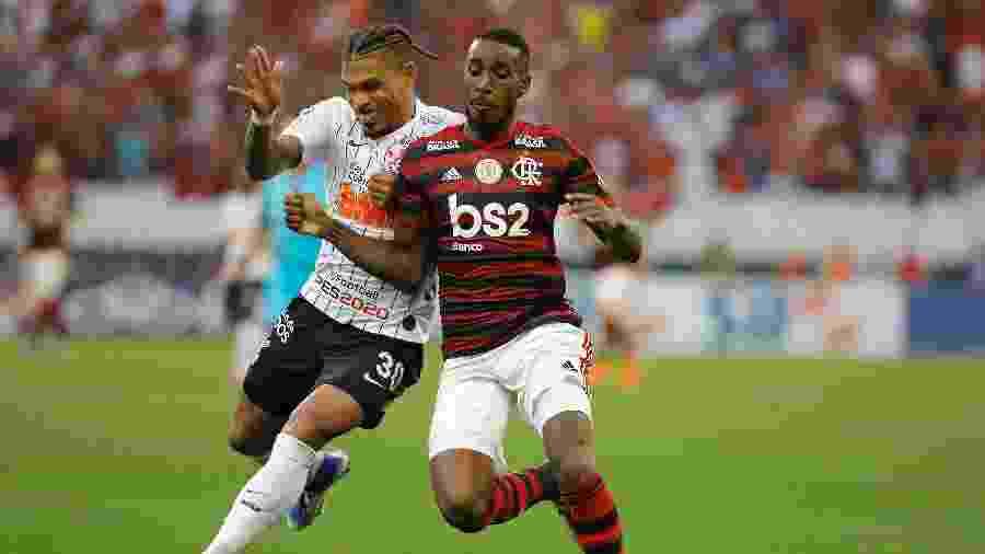 Gérson e Junior Urso disputam a bola na partida entre Corinthians e Flamengo pelo Campeonato Brasileiro - Daniel Vorley/AGIF