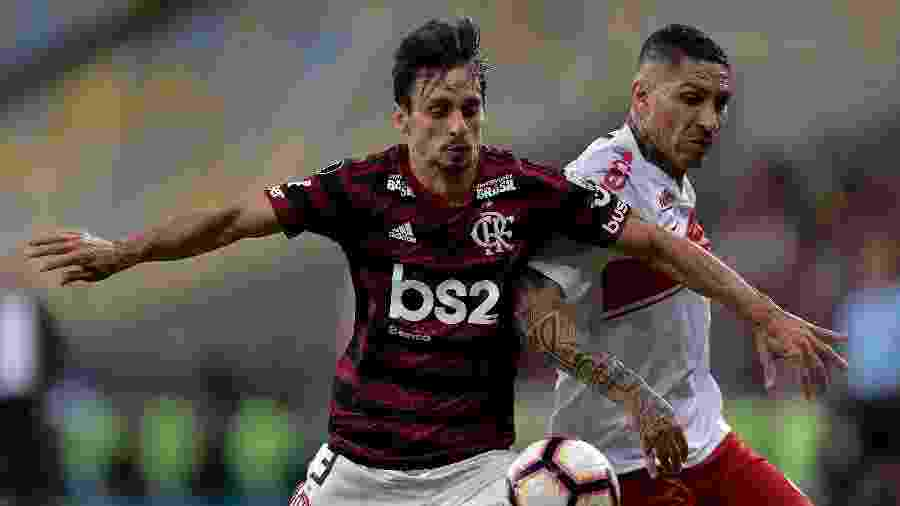 Rodrigo Caio e Guerrero, durante partida entre Flamengo e Internacional -     Thiago Ribeiro/AGIF