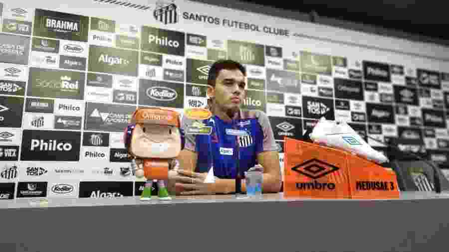 Felipe Aguilar concede entrevista coletiva no CT do Santos - UOL
