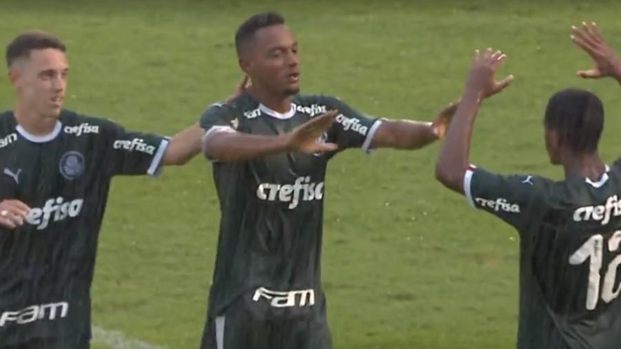 Fabrício, do Palmeiras, comemora gol contra o Petrolina-PE pela Copinha. Atacante fez dois gols - Reprodução/SporTV