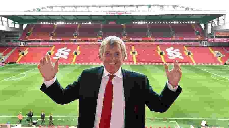 Ídolo do Liverpool, Kenny Dalglish sorri em Anfield, em frente ao setor do estádio que leva seu nome - Andrew Powell/Liverpool FC via Getty Images