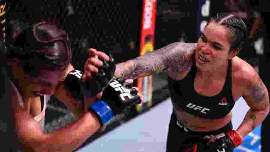 Amanda Nunes acerta soco em Felicia Spencer, no UFC 250 - Handout/Zuffa LLC via Getty Images