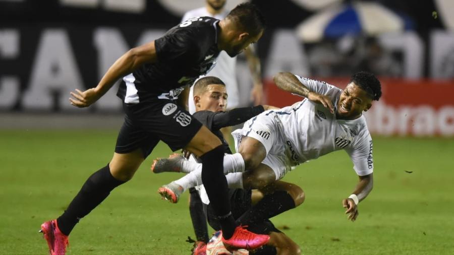 Marinho é desarmado durante Santos x Ponte Preta pelo Paulistão 2020 - Divulgação/Santos FC