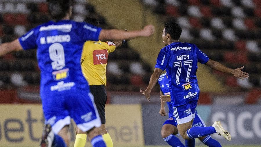 Moreno e Airton saem para comemorar gol do Cruzeiro contra o Botafogo-SP - Foto: Gustavo Aleixo/Cruzeiro