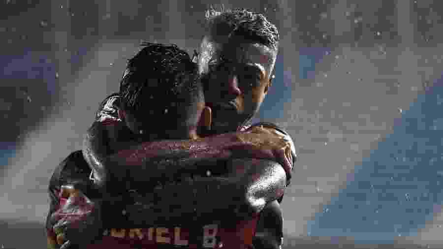 Bruno Henrique celebra gol marcado por Gabigol no duelo entre Racing x Flamengo: artilheiro reapareceu na equipe - Conmebol