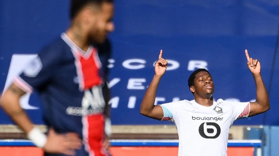 Jonathan David comemora gol do Lille contra o PSG - FRANCK FIFE / AFP