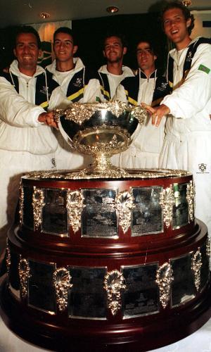Equipe brasileira de tênis na Copa Davis em 2000: Ricardo Acioly, Andre Sá, Gustavo Kuerten, Fernando Meligeni e Jaime Oncins (esq. pra dir.)