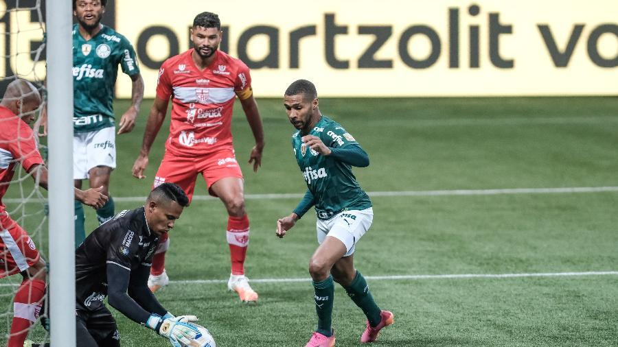 Diogo Silva, do CRB, faz defesa sob olhares de Wesley do Palmeiras pela Copa do Brasil  - Marcello Zambrana/AGIF