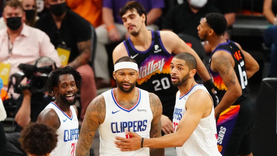 Jogadores do Los Angeles Clippers comemoram enterrada de DeMarcus Cousins contra o Phoenix Suns nos playoffs da NBA - Mark J. Rebilas/USA TODAY Sports