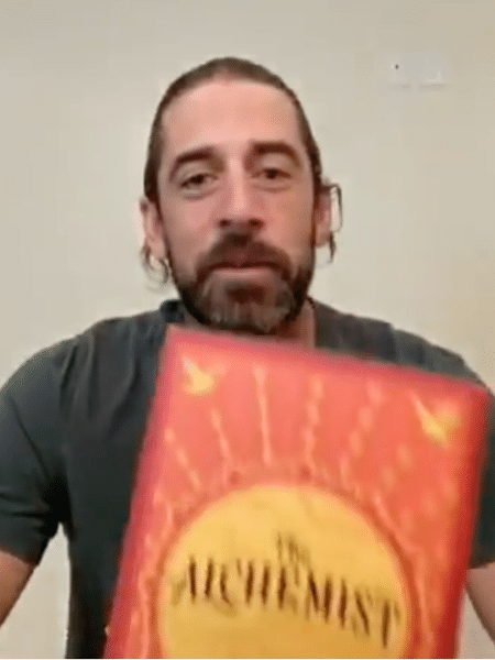 "Aaron Rodgers indica o livro ""O Alquimista"" de Paulo Coelho - Instagram"