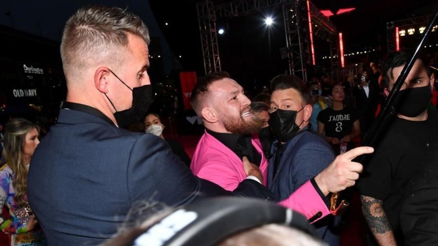 Conor Mcgregor, durante confusão no tapete vermelho do VMA 2021 - Jeff Kravitz/MTV VMAs 2021/Getty Images for MTV/ViacomCBS