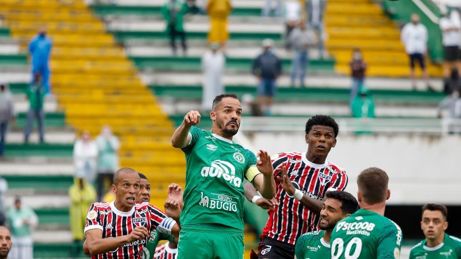 Jogadores de Chapecoense e São Paulo disputam bola no alto - Dinho Zanotto/AGIF
