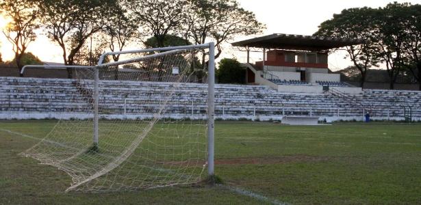 Estádio Antônio Otoni Filho (Cave), no Guará (DF): em obras para a Copa até hoje