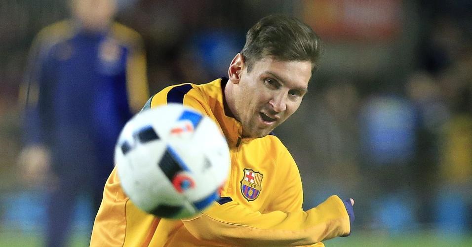 Messi se aquece antes do jogo do Barcelona na Copa do Rei