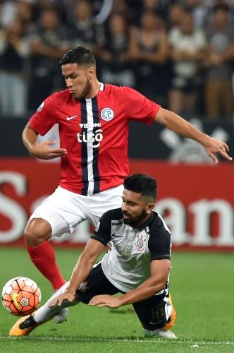 Guilherme acaba no chão depois de disputa de bola na partida do Corinthians contra o Cerro Porteño, na Libertadores