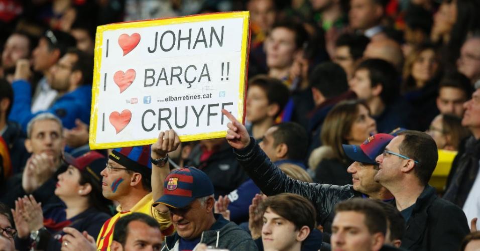 Torcedor do Barcelona exibe cartaz em homenagem a Johan Cruyff, ídolo do clube que morreu na semana passada