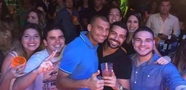 Neto Baiano tira foto em balada no Recife após derrota do CRB para o Sport