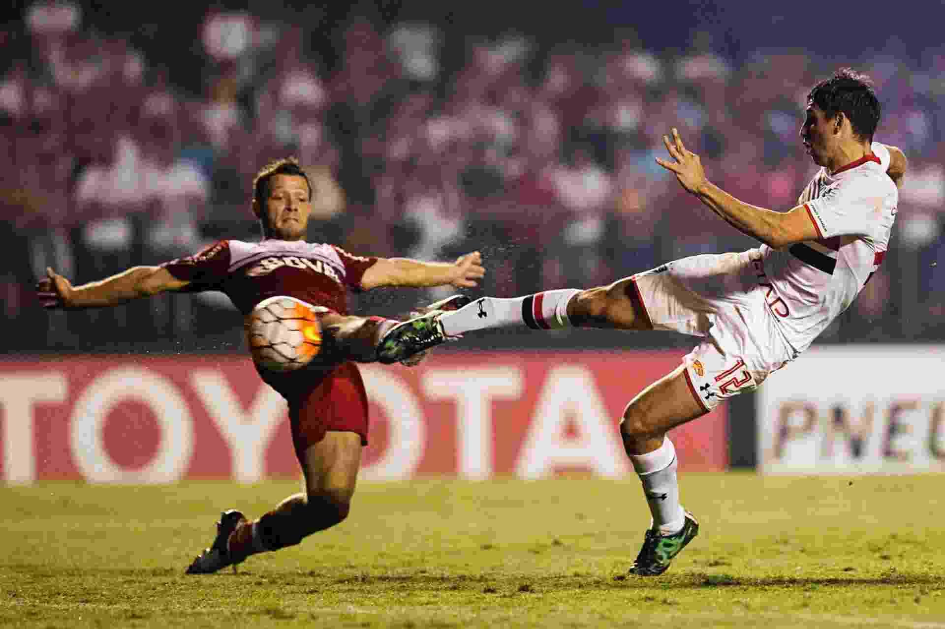Calleri chuta e marca para o São Paulo contra o  River, na Libertadores - Eduardo Knapp/Folhapress