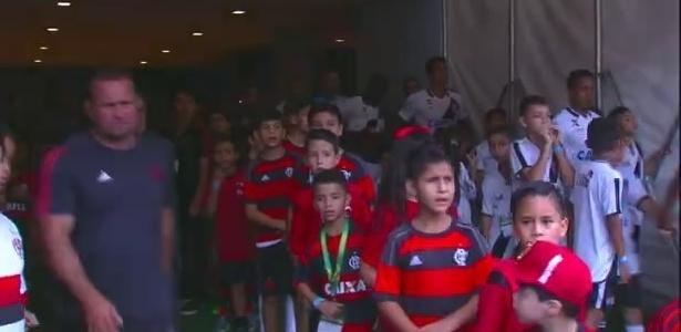 Crianças rubro-negras ficam surpresas com entrada do Fla em campo - Reprodução / TV Globo