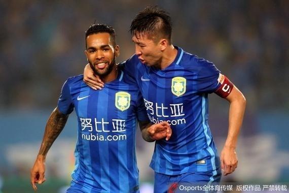 Alex Teixeira comemora após marcar o gol de empate do Jiangsu Suning contra o Guangzhou R&F