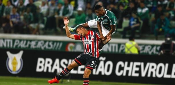Chávez e Mina disputam pela bola em clássico entre São Paulo e Palmeiras no Allianz Parque, em setembro de 2016