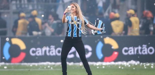 Carol invade o gramado da Arena Grêmio após a conquista do título