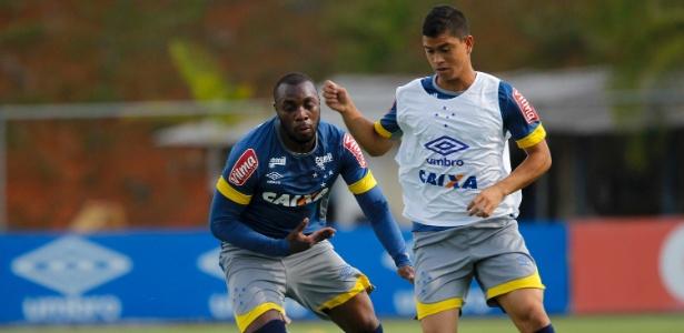 Kevin é marcado por Manoel, durante um treino do Cruzeiro, na Toca da Raposa