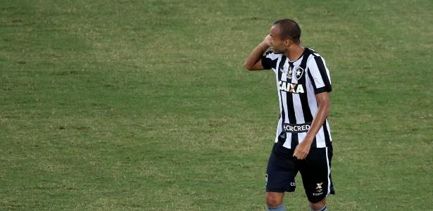 Roger comemora gol contra o Flamengo pelo Carioca