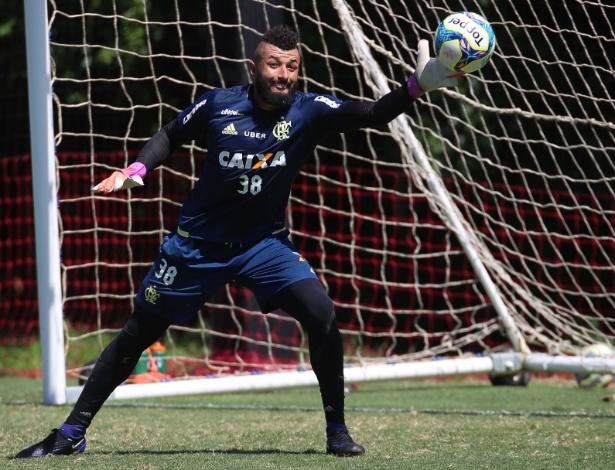 O goleiro Alex Muralha treina com o Flamengo no CT Ninho do Urubu: único titular