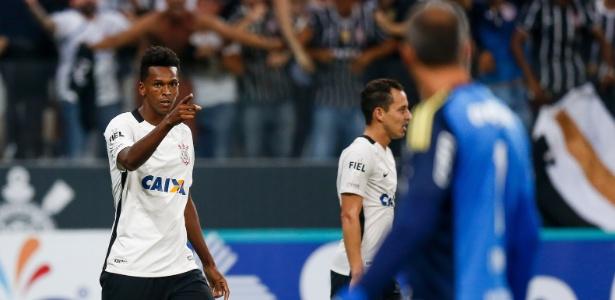 Jô comemora gol marcado contra o Palmeiras em fevereiro: renascimento corintiano