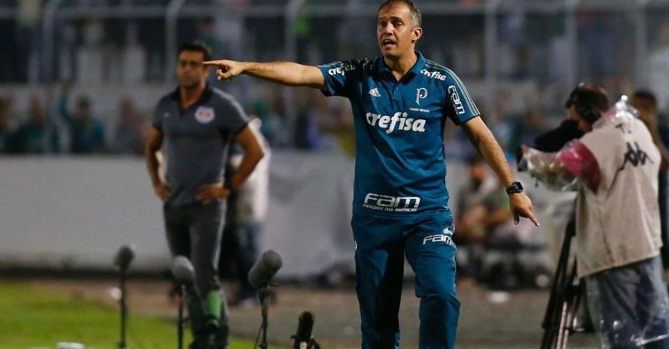 Eduardo Baptista comanda o Palmeiras contra o Red Bull, de Alberto Valentim (ao fundo)