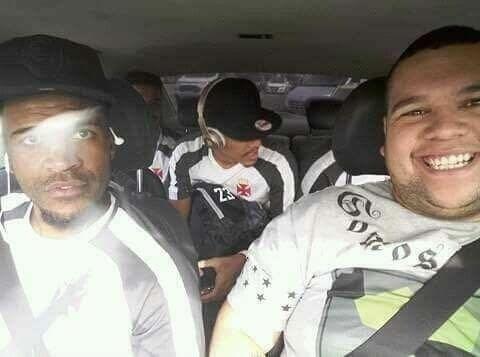 27.mai.2017 - Breno e Gilberto, jogadores do Vasco, precisaram de táxi para chegar a São Januário a tempo de clássico válido pelo Brasileirão.