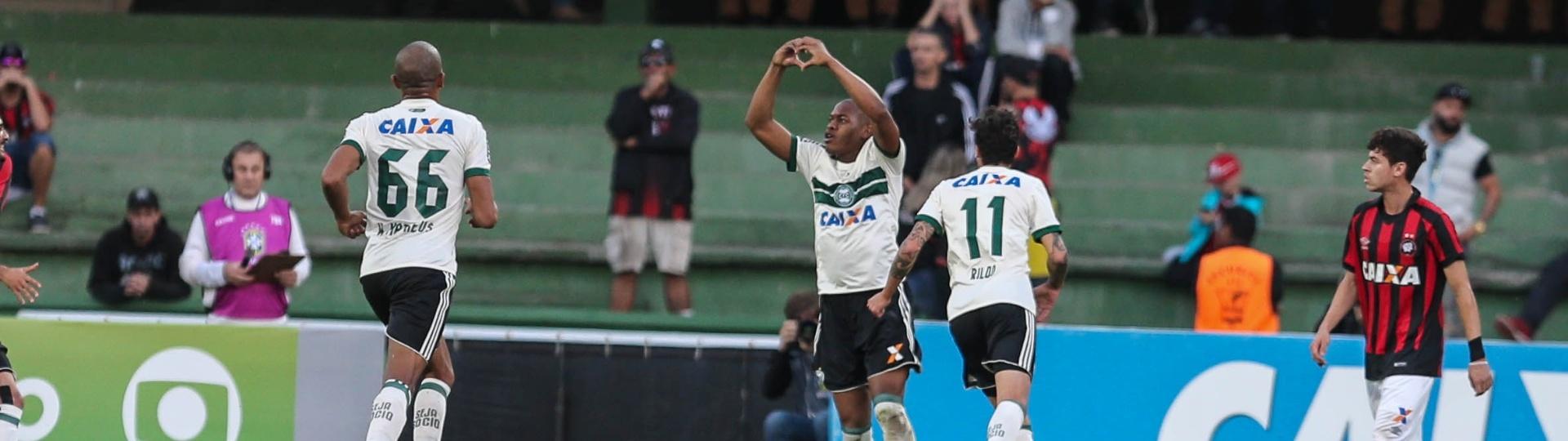 Márcio comemora gol do Coritiba diante do Atlético-PR pelo Campeonato Brasileiro