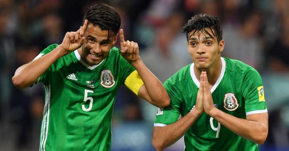 Raúl Jiménez e Diego Reyes comemoram gol marcado pelo México contra a Nova Zelândia