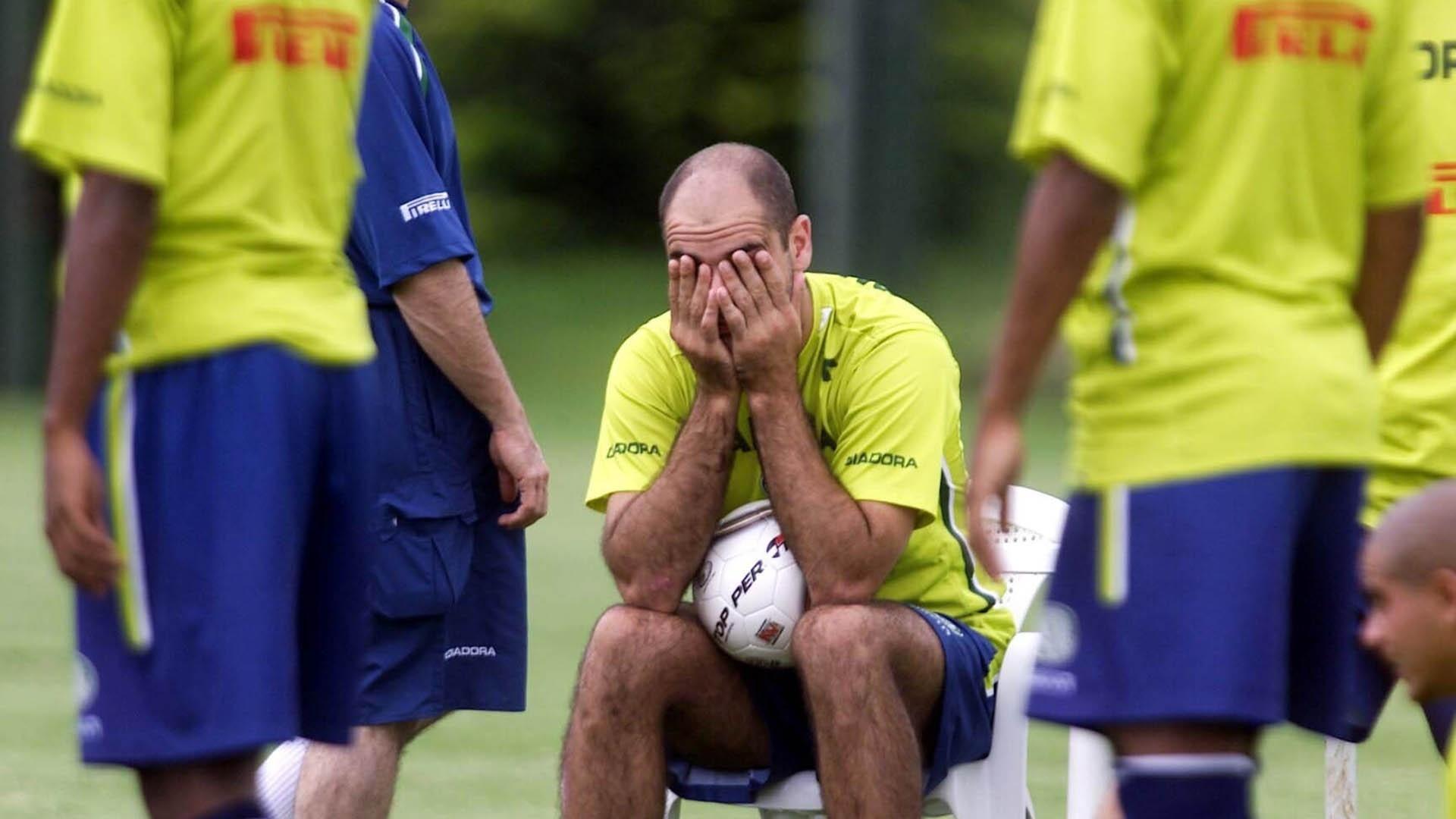 Marcos (ao centro) durante treino do Palmeiras em Águas de Lindoia (14/01/2004)