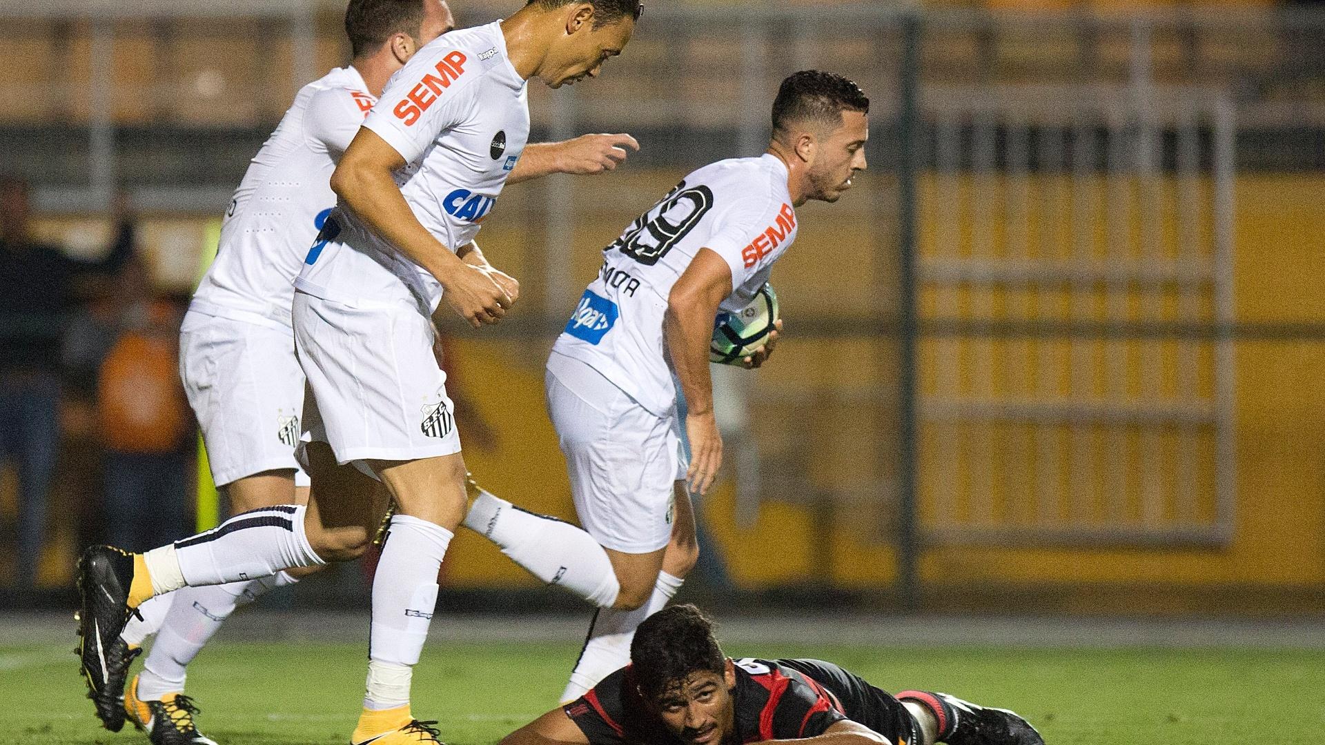 Jogadores do Santos comemora gol contra de Ramon em jogo contra o Vitória
