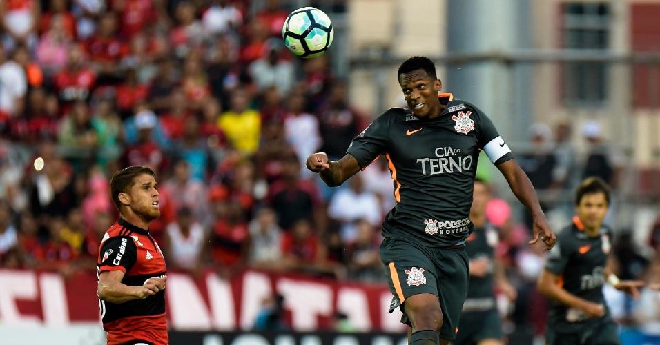 Jô toca de cabeça durante jogo entre Flamengo e Corinthians