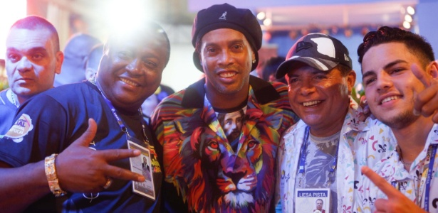 Ronaldinho foi uma das atrações no desfile da Estácio de Sá na madrugada de sábado