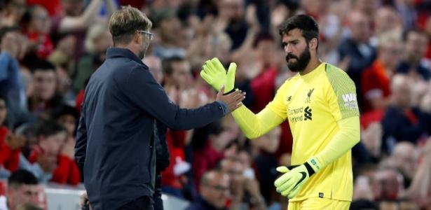 Alisson cumprimenta Jurgen Klopp em amistoso do Liverpool