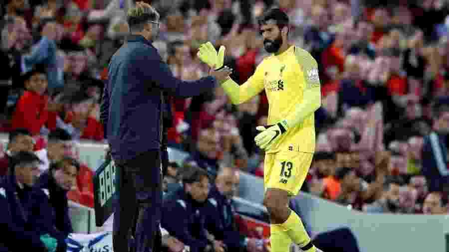 O goleiro brasileiro Alisson cumprimenta o técnico Jurgen Klopp em amistoso do Liverpool - Reuters/Carl Recine