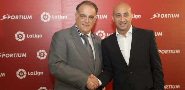 Javier Tebas (e), presidente da La Liga, anuncia acordo com um site de apostas - Divulgação
