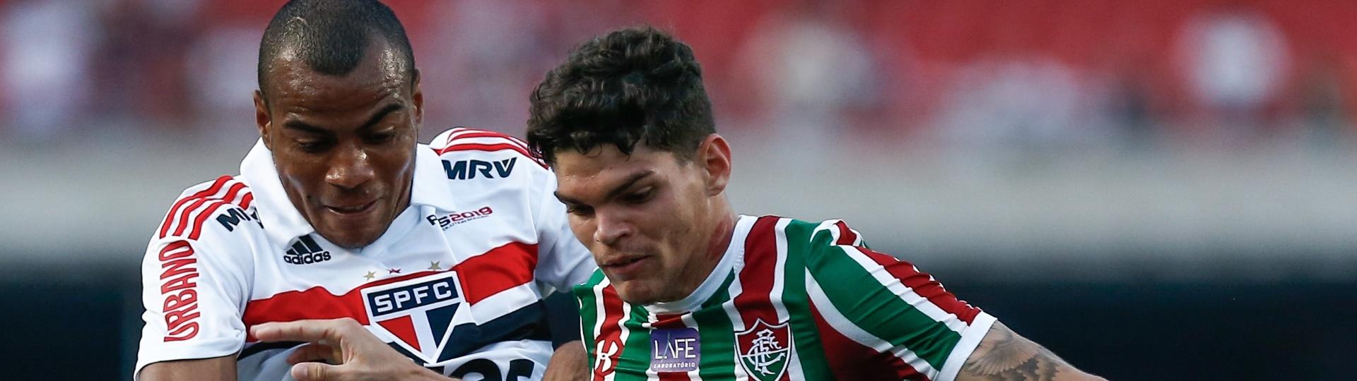 Ayrton Lucas, do Fluminense, disputa jogada com Regis, do São Paulo