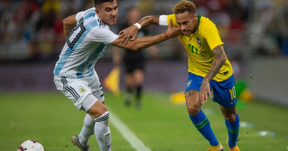 Neymar passa pela marcação de Battaglia no amistoso entre Brasil e Argentina