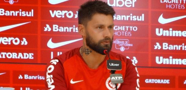 Rafael Sobis é apresentado pelo Internacional no Beira-Rio