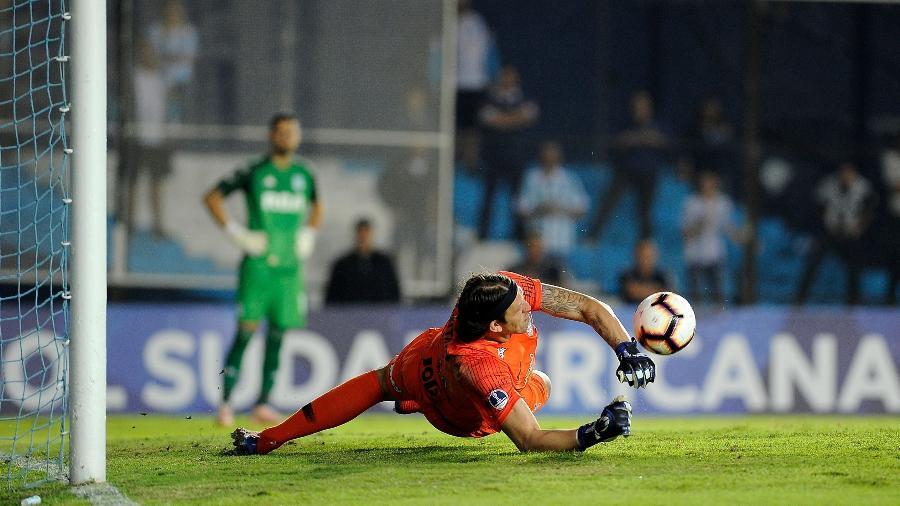 Cássio defende penalti na partida entre Racing e Corinthians, trnsmissão da Rede TV! - JAVIER GONZALEZ TOLEDO / AFP
