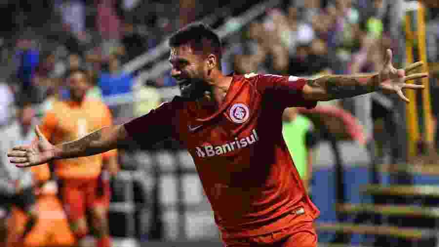 Rafael Sóbis comemora gol do Inter contra o Palestino - MARTIN BERNETTI / AFP